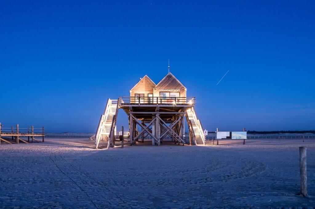 Strandaufsicht und Toiletten-Häuschen